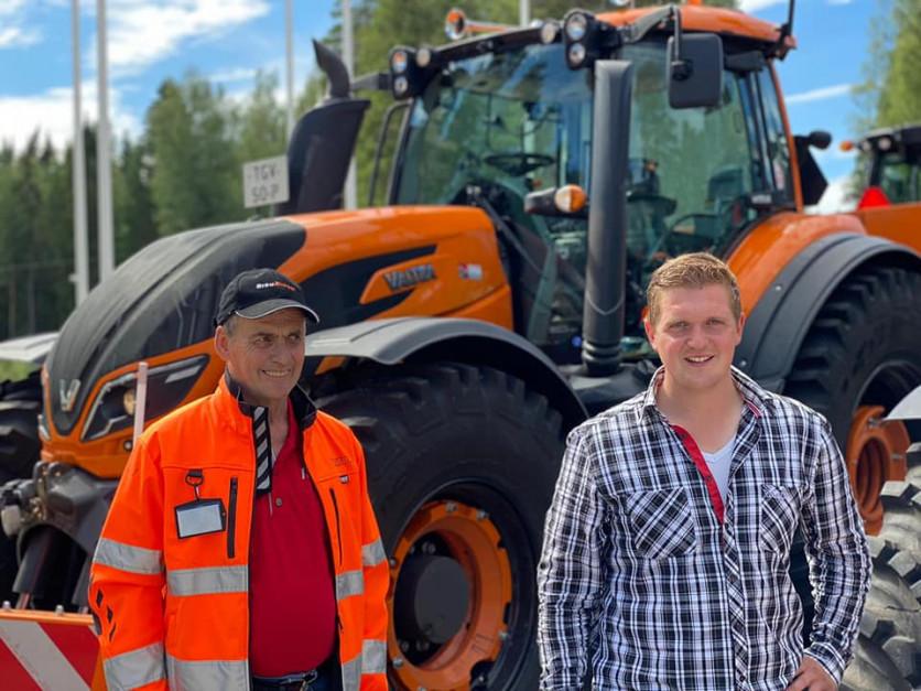 Piet Leenders (po lewej) i Twan van Haperen przejechali ponad 6000 kilometrów, aby odebrać trzy nowe Valtry T174. fot. Facebook/LMB Leenders