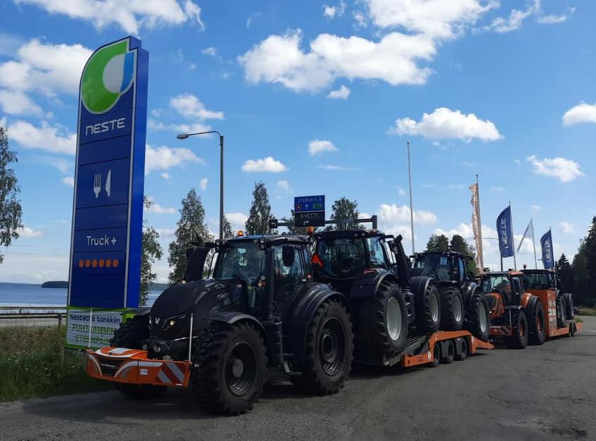 Każdy z ciągników w czasie drogi zużył ok. 3000 l oleju napędowego. fot.Facebook/LMB Leenders