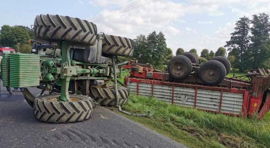 Mijały się dwa traktory - jeden się przewrócił