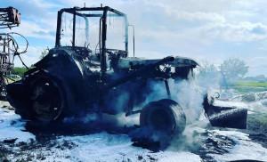 Ciągnik john deere spalił się doszczętnie, Foto: OSP Pieniężno