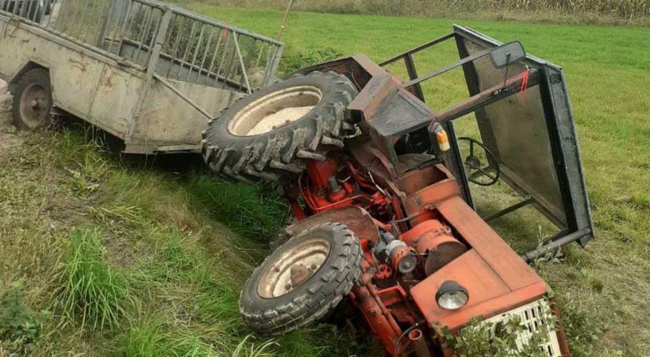 Kierowca pod przewróconym traktorem