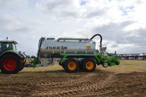 Inną maszyną zaprezentowaną przez firmę Joskin była beczka do gnojowicy z aplikatorem doglebowym. Zdjęcie: Wołosowicz