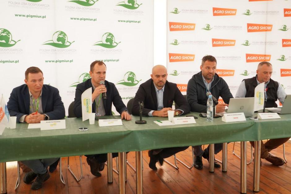 Przedstawiciele Manitou Polska i firmy Agromix podczas konferencji prasowej na Agro Show 2021, fot.kh