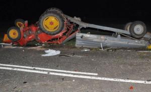 Wskutek zderzenia ciągnik z przyczepą wywrócił się na drodze, Foto: Policja