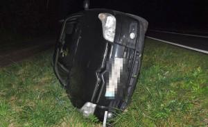 Citroen wylądował w rowie na boku, a kierująca nim kobieta została ranna, Foto: Policja