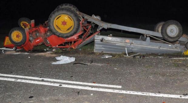Wypadek z udziałem trzech aut i ciągnika rolniczego - 5 poszkodowanych
