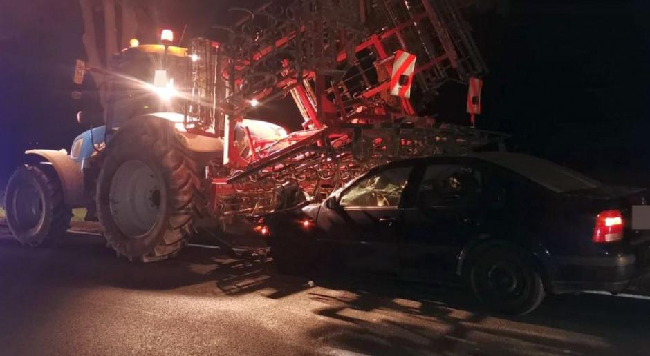 Samochód osobowy wjechał w ciągnik rolniczy