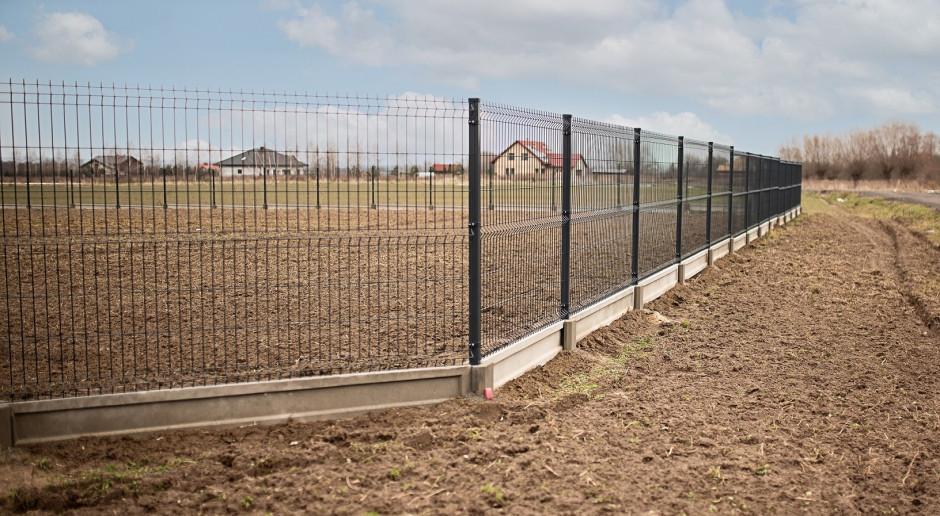 Jakie wymagania prawne trzeba spełnić przy budowie ogrodzenia domu?