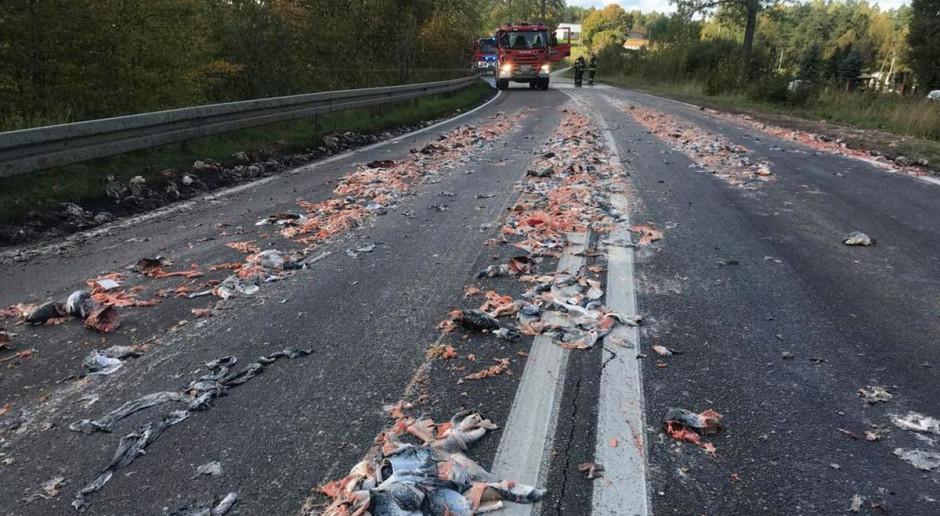 Rybne odpady pokryły drogę