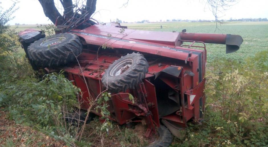 Kombajn wpadł do rowu i uderzył w drzewo