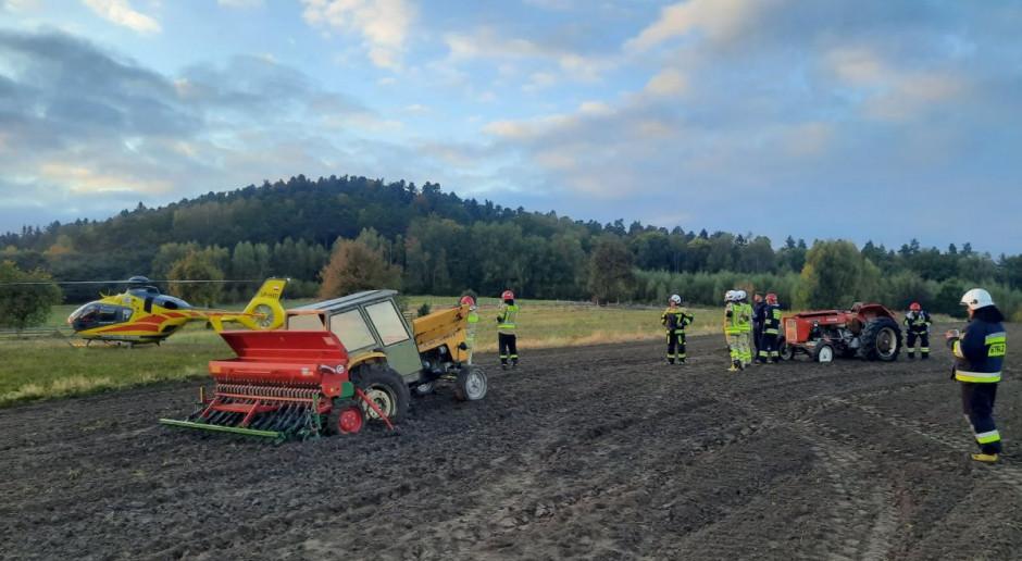 Traktorzysta chciał wyciągnąć z błota maszynę - przygniótł go ciągnik