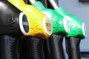 Kto zarabia na podwyżkach cen paliw? Francuski potentat kontra rząd